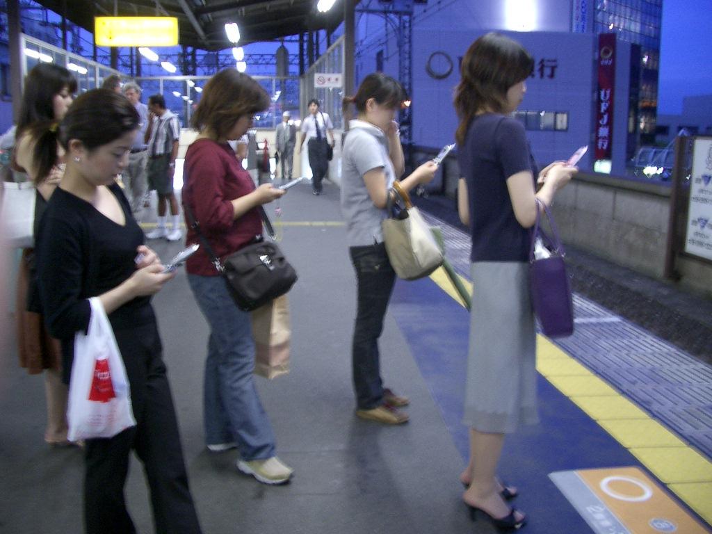 People on smartphones negotiation